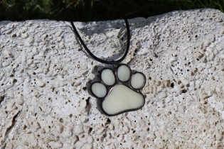 dog's paw - historical glass